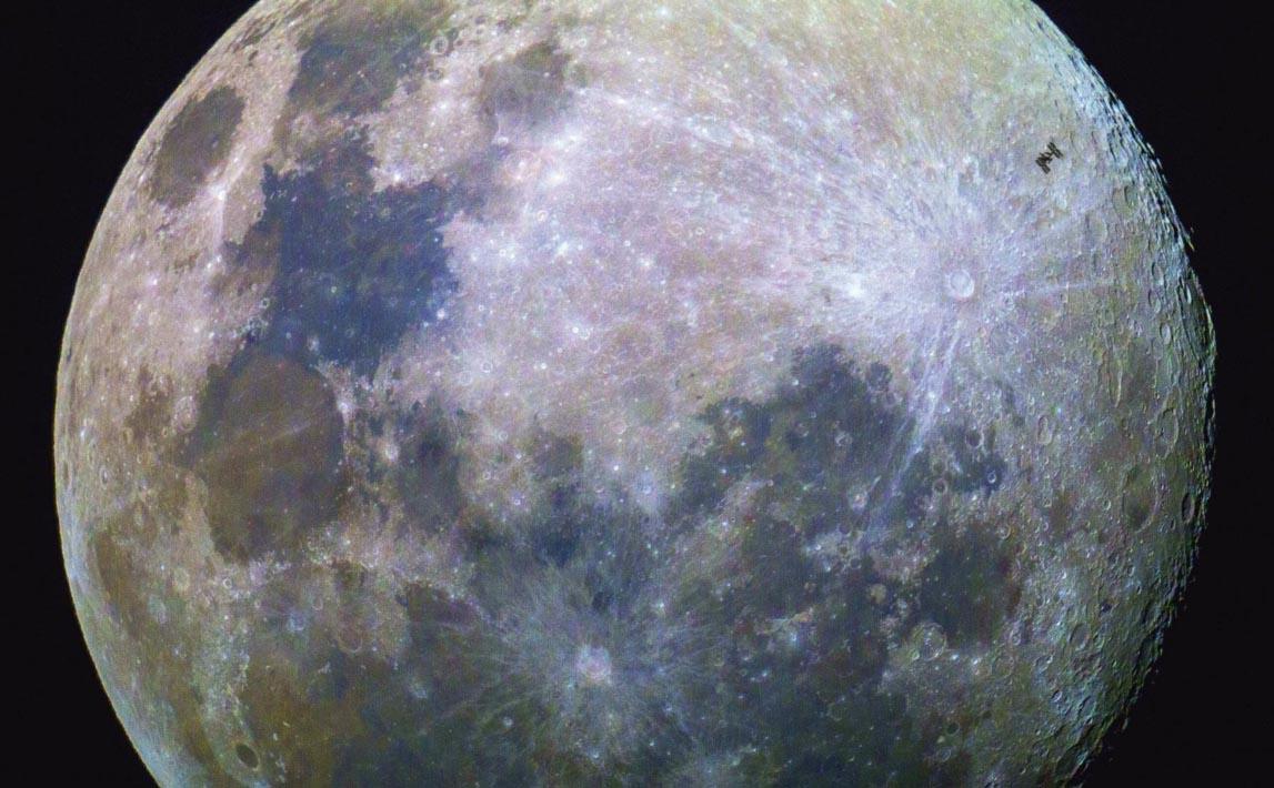 Flagra da Estação Espacial passando em frente à lua