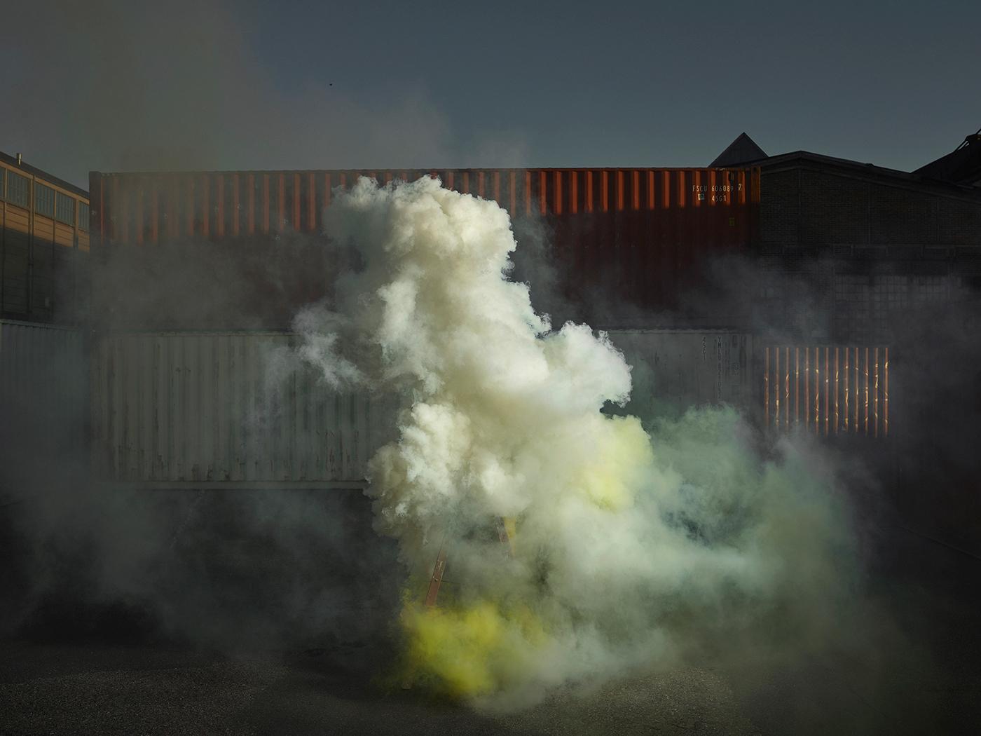 Ken Hermann fotografando fumaça